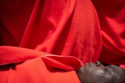 La mayoría de personas rescatadas fueron trasladadas al puerto gaditano de Tarifa, si bien algunas de las pateras han sido llevadas hasta el puerto de la vecina Barbate. Entre los rescatados figuran un número elevado de menores, mujeres y algunos bebés, según fuentes de Salvamento Marítimo. En la imagen, un