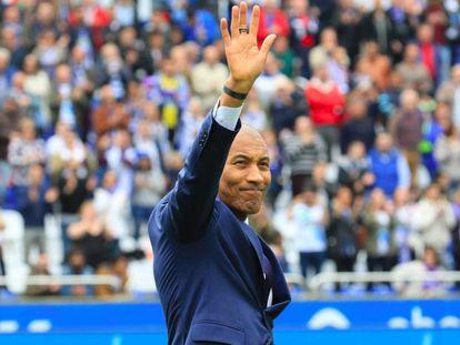 Mauro Silva saluda al estadio de Riazor durante su visita a A Coruña en abril de 2018.