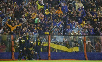Jugadores de Boca Juniors celebran en La Bombonera un gol ante Wilstermann, de Bolivia, por la Copa Libertadores, el pasado 10 de abril.