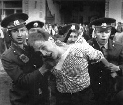 La policía detiene en Moscú a una manifestante en favor de las Repúblicas Bálticas el 25 de agosto de 1989.