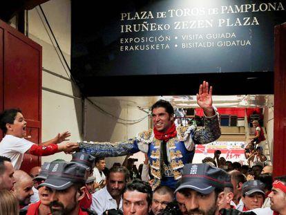 Cayetano sale a hombros de la plaza de toros de Pamplona.