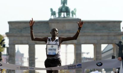 Dennis Kimetto cruza la meta en Berlín este domingo.