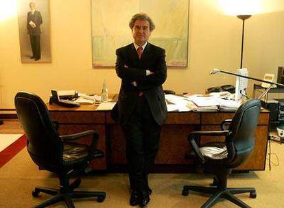 César Antonio Molina, en su despacho del Ministerio de Cultura.