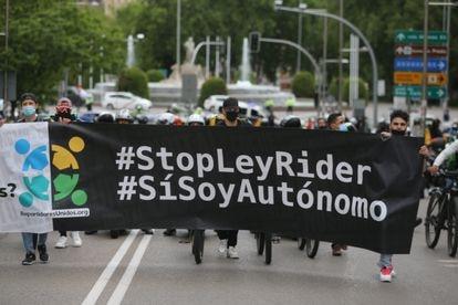 """Varios riders a su llegada al Congreso con una pancarta en la que se lee: """"#StopLeyRider, #Sísoyautónomo"""" durante una manifestación, este martes en Madrid."""