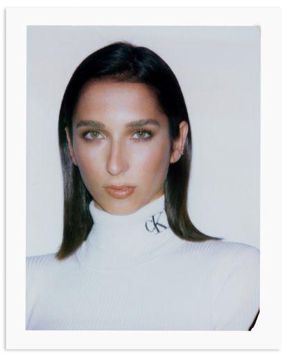 La actriz Lola Rodríguez, célebre por su papel en 'Veneno', posa para ICON con jersey de Calvin Klein.