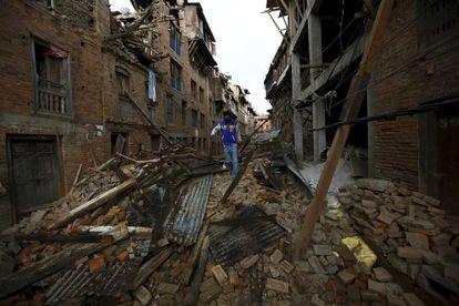 Un hombre paseaba ayer entre los escombros de viviendas en la ciudad de Bhaktapur, en Nepal.