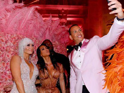 Jennifer Lopez, Kim Kardashian West, Kanye West y Alex Rodriguez haciéndose un 'selfie' para Instagram en la Gala Met de 2019.