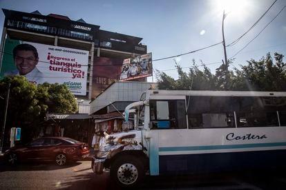 Anuncios electorales por candidatos a diputaciones plurinominales y gubernatura en el puerto de Acapulco del Estado de Guerrero, el 2 de mayo de 2021.