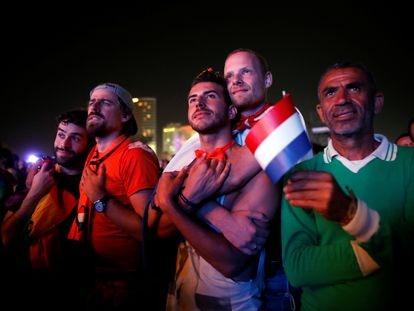 Seguidores de Eurovisión ven una pantalla gigante el festival de 2019 en una playa de Tel Aviv en Israel.