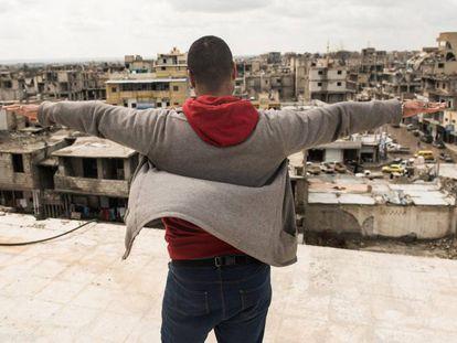 Abu Ahmed, en la azotea del edificio, convertido por el ISIS en prisión, en el que estuvo encarcelado.