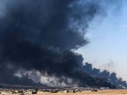 Columnas de humo causadas por la quema de gasoil cerca de la ciudad de Qayyarah, al sur de Mosul.