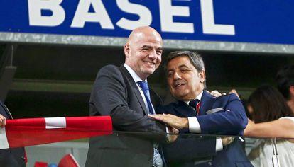 El presidente de la FIFA Infantino (i) y Gomes (d), de la Federación Portuguesa.