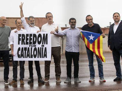 Los presos del 'procés' posan con una pancarta tras dejar la cárcel de Lledoners, este miércoles a mediodía.