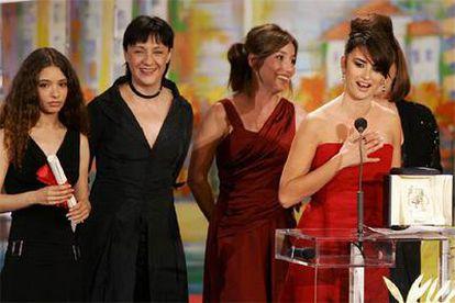 Las actrices Yohana Cobo, Blanca Portillo, Lola Dueñas, Penélope Cruz y Carmen Maura recogen el premio a la Mejor Interpretación fermenina por Volver.
