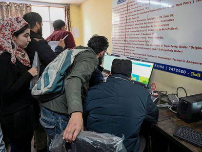 Estudiantes de Cachemira intentan acceder a Internet el 26 de noviembre en Srinagar.