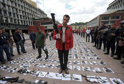El ministro del Interior venezolano, Tareck El Aissami, sostiene un rifle durante una confiscación de armas ilegales en 2009.