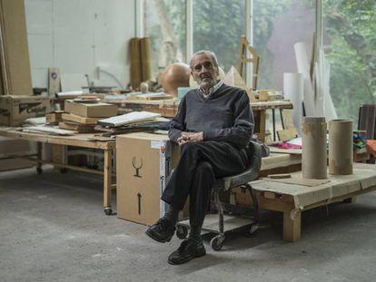 Vicente Rojo en su estudio en Coyoacán.