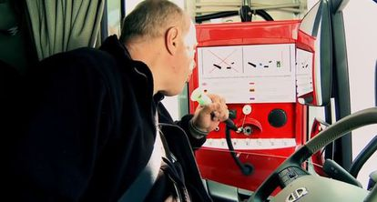 Un camionero hace la prueba de alcoholemia en el puerto de Gotemburgo, obligatoria para poder acceder a la red viaria sueca.