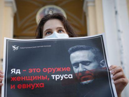Una mujer porta una pancarta en defensa de Navalni en una concentración de apoyo al opositor ruso, este jueves en San Petersburgo.