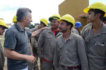 El presidente Mauricio Macri presenta el plan de créditos hipotecarios Procrear con obreros de la construcción en San Miguel, Buenos Aires.
