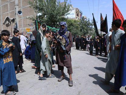 Milicianos talibanes montan guardia durante una celebración religiosa chií, en Herat, el jueves.