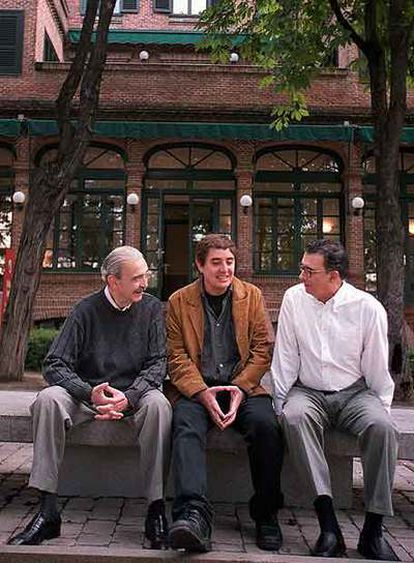 Gelman, con Luis García Montero (centro) y Darío Jaramillo, en la Residencia de Estudiantes.