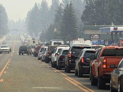 La llamada de las autoridades para evacuar el sur de Tahoe generó un gran embotellamiento el lunes.