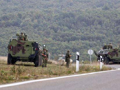 Militares serbios hacen guardia en el pueblo de Rudnica, cerca de Kosovo, este lunes.