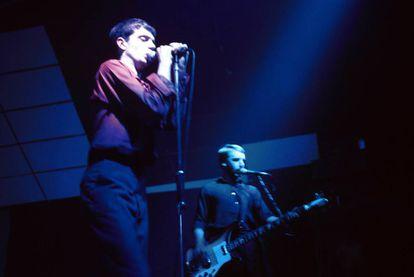 Ian Curtis y Bernard Sumner en un concierto de Joy Division en Róterdam, en enero de 1980.