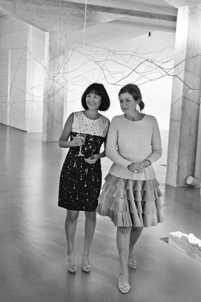 The architect Maya Lin with Elena Ochoa Foster at the Ivorypress gallery in Madrid in 2014.