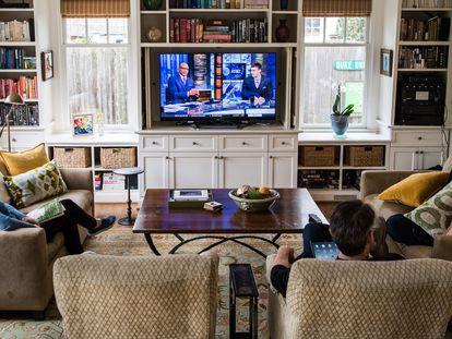 Una familia ve la televisión en Washington.