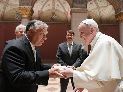 El papa Francisco saluda al primer ministro húngaro, Viktor Orbán, este domingo en el Museo de Bellas Artes de Budapest.