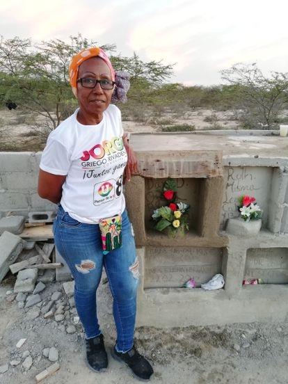 Sonia Bermúdez Robles, junto a una de las bóvedas del cementerio 'Gente como uno'.