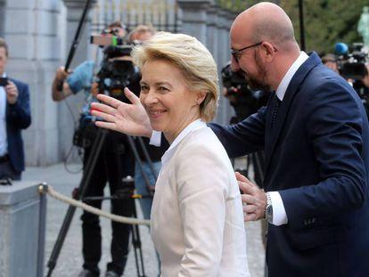 La candidata a presidir la Comisión Europea, Ursula Von der Leyen, con el presidente del Consejo Europeo, Charles Michel, en Bruselas este lunes.