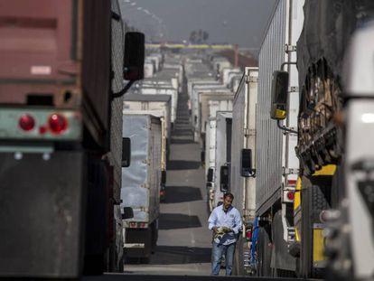 Varios camiones con carga esperan para cruzar la frontera entre EE UU y México.