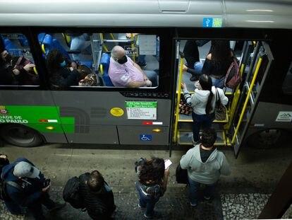 Pasajeros de transporte público, en Barra Funda, São Paulo, este 4 de junio.