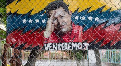 Un hombre cuelga un cartel alegórico al presidente de Venezuela, Hugo Chávez, en Caracas (Venezuela).