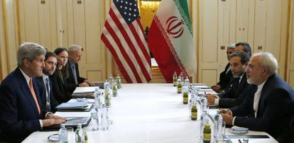 Kerry mira a Zarif, ambos en primer término, ayer en Viena.