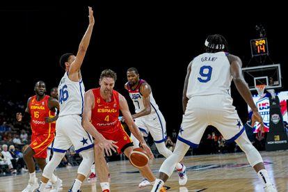 Pau Gasol intenta zafarse de un rival en el Estados Unidos - España de preparación para los Juegos de Tokio 2020.