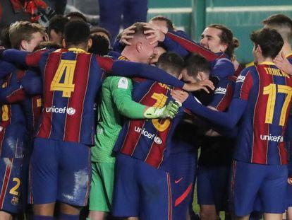 Los jugadores del Barça felicitan a Ter Stegen tras la tanda de penaltis.