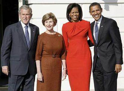 George Bush y su esposa, Laura, posan junto a Michelle y Barack Obama en la entrada de la Casa Blanca