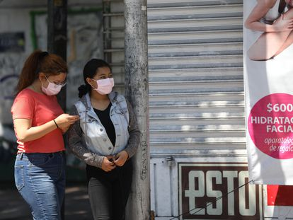 Mujeres usan tapabocas este sábado en Ciudad de México.