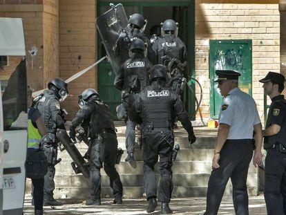 Miembros de la policía acceden al edificio donde se ha producido el tiroteo.