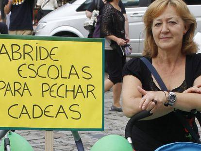 Maribel, una abuela de O Incio, apoyada en el carrito de su nieto antes de la manifestación.