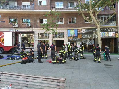 Bomberos del Ayuntamiento de Madrid tras el incendio en el edificio anexo a los Cines Embajadores.