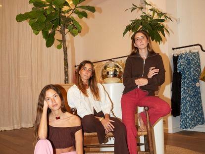 Claudia (con chaqueta marrón) y Sayana (de blanco) Durany, con su amiga Laia Rafel, arquitecta y modelo.