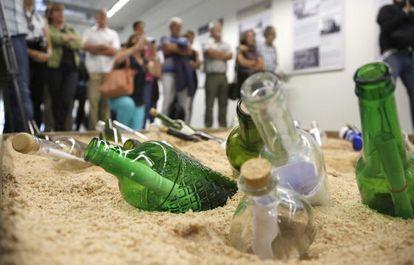 """Presentación de la exposición """"Lur azpitik-lur azaleratuz, que aflore lo enterrado"""", en la que participa el forense Paco Etxeberria, en la imagen junto a Ana Arrieta y Koldo Pla."""