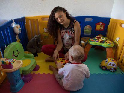 Dee, la madre del niño intoxicado, retratada junto a su hijo en su casa de Perales del Río, en Getafe, esta semana.
