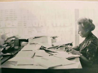 Flora, durante una jornada laboral en la revista 'Escuela Española' en los años sesenta.