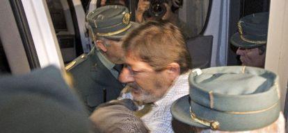 La Guardia Civil introduce a Javier Guerrero, ex director general de Trabajo de la Junta de Andalucía, en un furgón.